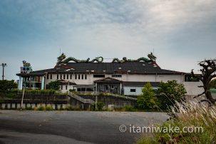 青森県岩木山の麓にある廃墟ホテル「スペース21」へ。もはや原形を留めぬ荒れ具合の中写真を撮る