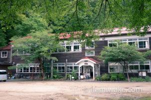 長野県、大鹿村大西公園にある、崩落した山をバックに立つ大観音「大西観音」