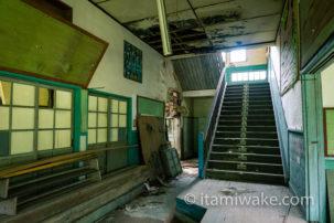 伊豆の病院廃墟へ!レトロな戦前物件で廃墟撮影を堪能。木造建築に絡まるツタが美しい